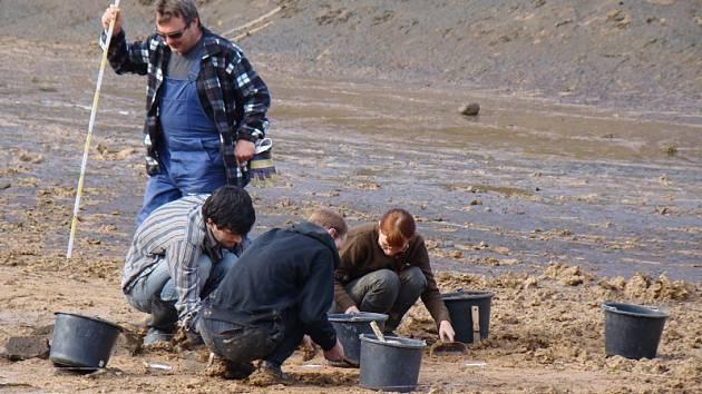 Necelé tři dny trval loňský výzkum archeologů na dně Mohelenské přehrady.