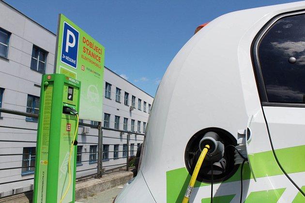 Dobíjecí stanice pro elektomobily před dukovanskou elektrárnou.
