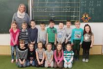 Na fotografii jsou prvňáčci ze základní školy ve Vladislavi s paní učitelkou Gabrielou Plajerovou.