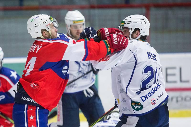 Třebíčští hokejisté (v červeném) na svém ledě dominovali. Kolín v dohrávce 17. kola Chance ligy porazili 5:0.