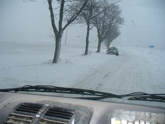 Sníh a nárazový vítr přinesl obtížně sjízdné silnice.