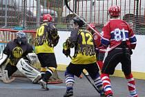 Zatímco, třebíčští hokejbalisté (vlevo) na podzim podlehli doma Jihlavě (na snímku) vysoko 1:6, v jarní odvetě na půdě rivala z Vysočiny prohráli o gól a sahali po bodu.