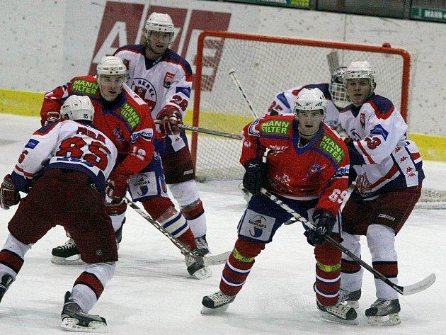 Třetí kolo nadstavbové části první ligy nabídlo další derby. Už potřetí se v této sezoně utkali hokejisté Třebíče a Havlíčkova Brodu a rovněž i potřetí se z vítězství radovali Rebelové.