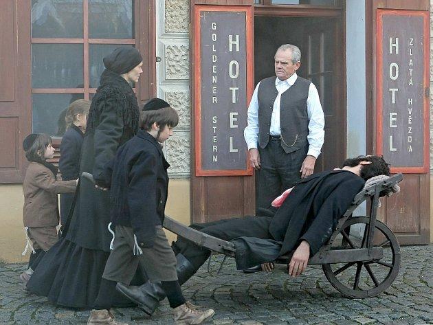 Natáčení filmu Zádušní oběť s Milanem Kňažkem v hlavní roli.