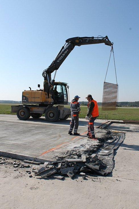 Od úterý 3. října mají zákaz přistávat křídlaté letouny na vojenském letišti u Náměště nad Oslavou. Kvůli rekonstrukci části pojezdové dráhy a plochy před hangárem pro techniku údržby. Dělá se nový železobetonový povrch na ploše tři tisíce metrů čtvereční