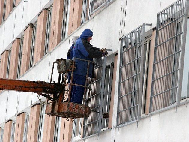 Okna na budově rapotické věznice začínají pokrývat mříže.