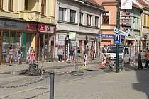 Konec uzavírky v těchto místech měl umožnit od začátku školního roku návrat autobusů městské dopravy zpět na Karlovo náměstí. Vše se ovšem minimálně o dva týdny pozdrží.