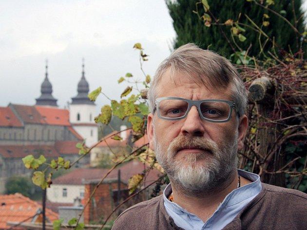 Josef Formánek svoji šestou knihu nazvanou Úsměvy smutných mužů napsal na základě svých zkušeností z protialkoholní léčebny.