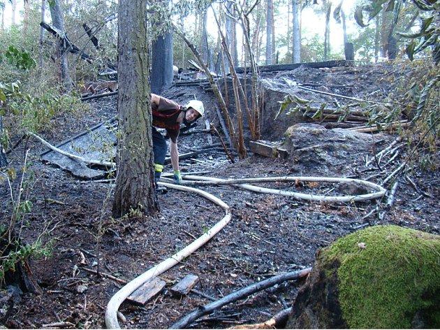 Zásahu při požáru dětského tábora a části lesa u Vanče se účastnily tři profesionální a čtyři dobrovolné jednotky hasičů.