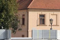 Hasiči nacvičují stavění protipovodňových stěn v Třebíči.
