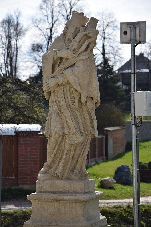 Socha svatého Jana Nepomuckého už je zpátky pohromadě na svém místě