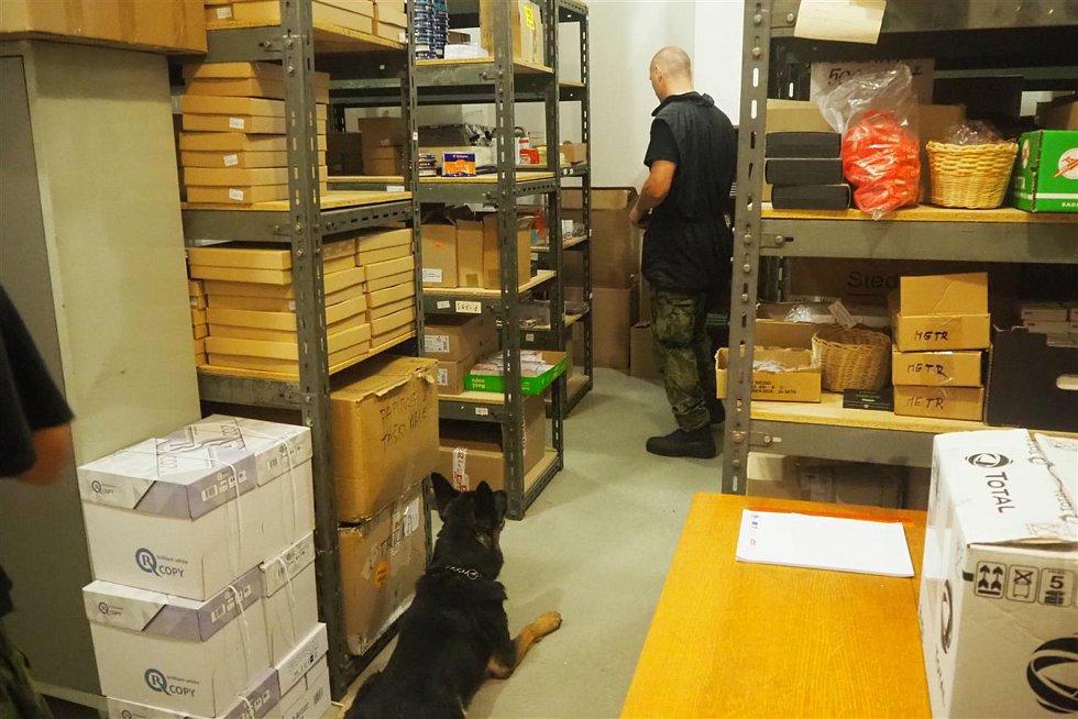 Cvičitelé rozmístili po budově na Karlově náměstí několik výbušnin, které vycvičení psi měli najít.
