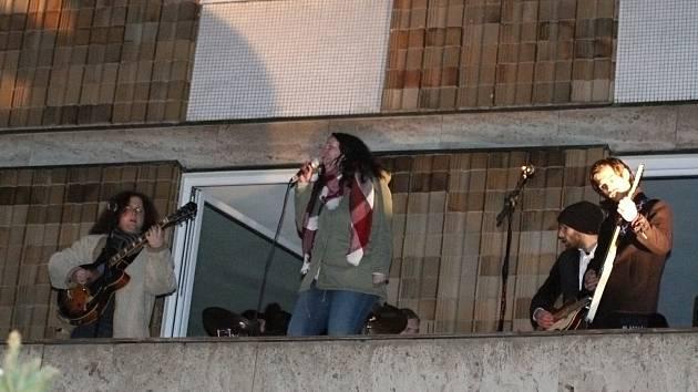 Koncert na střeše k výročí posledního vystoupení Beatles v Třebíči.