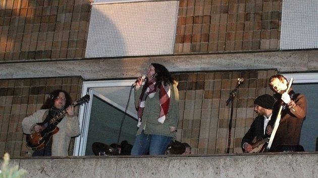Jako legendární Beatles. Třebíčští muzikanti hráli na střeše