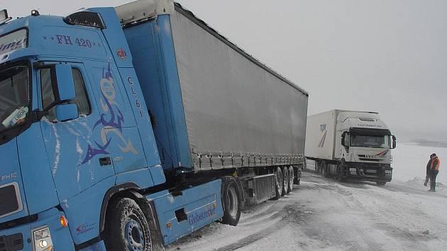 Neprůjezdná byla ve středu ráno silnice u Habrů na Havlíčkobrodsku. V kopci ve směru na Prahu se vzpříčil kamion a zcela zablokoval dopravu na hlavním tahu mezi Havlíčkovým Brodem a Kolínem. Kvůli větru a sněžení se v místě kolapsu vytvořila bílá tma.