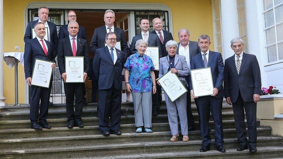 Zdenka Havlíková při slavnostním přebírání darovacích certifikátů, který obdržela od Daniela Merona, velvyslance státu Izrael.
