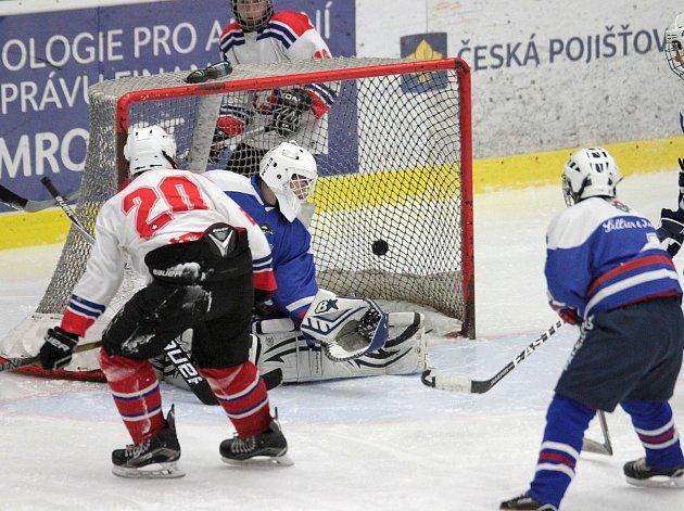 Třebíčští mladíci (v bílém) nastříleli Vlašimi ve třetí třetině šest branek a celkově se trefili jedenáctkrát.
