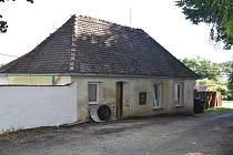 Původně sloužil jako škola domek mezi farou a kostelem svatého Martina.