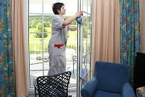 Úklid v domácnosti stále častěji obstarává agentura.