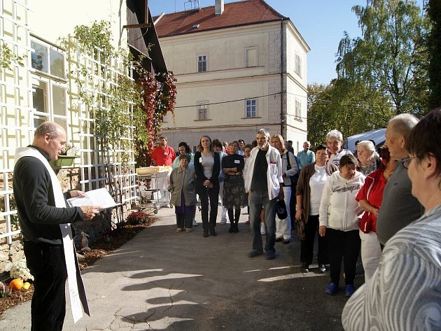 Kněz Ladislav Hubáček požehnal nové dílně na zámku v Nových Syrovicích. Keramickou dílnu místní pořídili svépomocí.