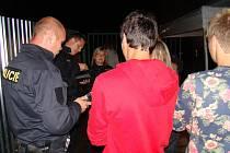 """Při kontrole v třebíčském zábavním podniku Ibiza Club na Cihelně """"napočítali"""" policisté 25 mladistvých, kteří pili alkohol. Nejmladší dívce bylo čtrnáct let."""