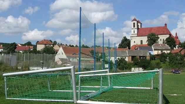 Na tréninkovém hřišti zůstaly branky po tragédii položené na trávníku.
