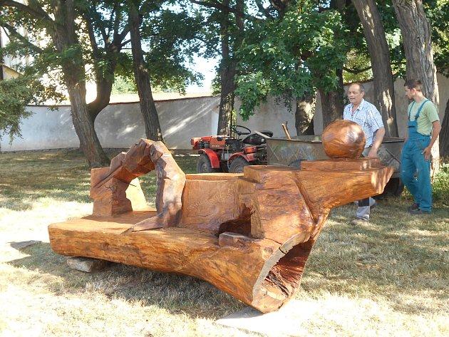 Park zdobí nové lavičky. Vznikly z dvě stě let starých dubů