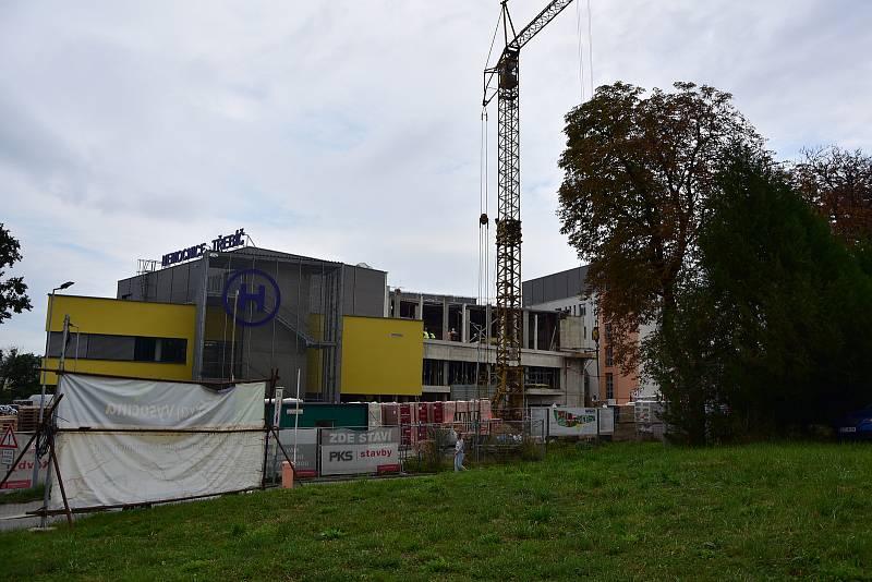 Dělníci momentálně pracují na vnitřní instalaci a vyzdívkách v původní budově, kde jsou čtyři operační sály