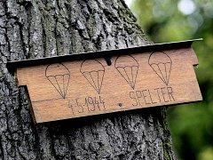 Až do nedávna místo seskoku skupiny připomínala dřevěná tabulka na jednom ze stromů.