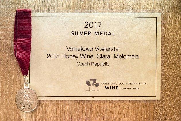 """""""Dále jsem orok dřív získal stříbrnou medaili vSan Franciscu na nejprestižnější americké výstavě vín. Šlo ovzorek ovocné medoviny ročník 2015, byla zčervených hroznů révy vinné, odrůdy Cabernet Moravia,"""" přiblížil. Mok připravuje zastudena – neničí se"""