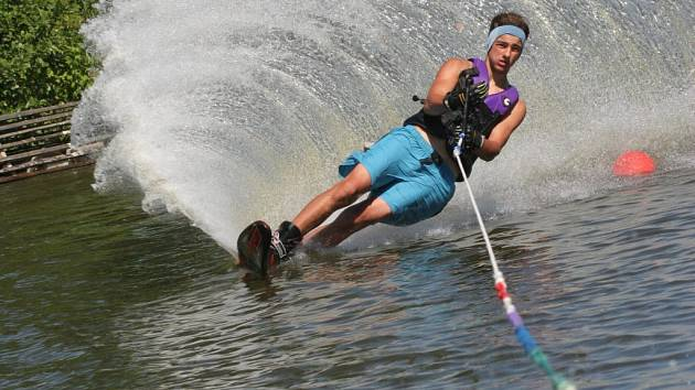 Čtrnáctiletý český reprezentant ve vodním lyžování Václav Tichý už je doma.