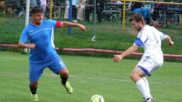 Oba nováčky východní skupiny I. B třídy, jak ten letošního ze Stařče (v modrém), tak i loňského z Hartvíkovic (v bílém) na jaře čeká boj o záchranu.