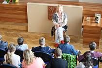 Do Jaroměřic nad Rokytnou zamířila spisovatelka Petra Braunová, aby si pobesedovala s dětmi ze čtvrtého, pátého a šestého ročníku Základní školy Otokara Březiny.