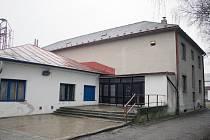 Kulturnímu domu v Okříškách místní neřeknou jinak než hasičárna. To proto, že jeho součástí bývala hasičská zbrojnice. V městysi už mají zbrojnici novou, na snímku je vidět v pozadí.