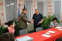 Dnes již minulý starosta Rokytnice nad Rokytnou Josef Herbrych (vlevo) blahopřeje svému nástupci Antonínu Novákovi ke zvolení. Ke změně došlo v městysi i přesto, že lidovci, které Herbrych do voleb vedl, zvítězili.