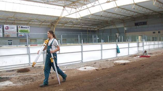 Práce na zvelebení zimního stadionu pokračují.