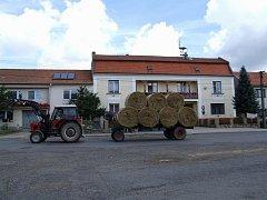 Tento snímek je sice z Radkovic na Hrotovicku, ale podobný obrázek lze pořídit prakticky v kterékoliv jiné obci na Třebíčsku. Ne všude je vzájemná spolupráce obce se zemědělci k oboustranné spokojenosti.