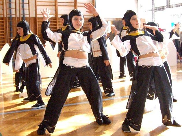 Taneční skupiny v tělocvičně Základní školy Kpt. Jaroše v Třebíči