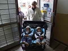 Čtveřice mladých maminek je odhodlaná vyzkoušet, jaké bariéry na ně čekají.