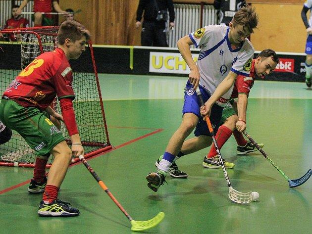 Trenér třebíčských Sniperů (v bílém) Michal Pazderník bere krajské derby na závěr základní části jako přípravu na nadcházející play-off.