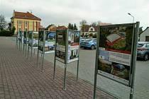 Panely s vystavenými fotografiemi v Okříškách.