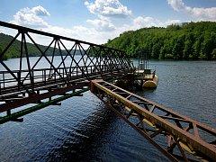 Vodu z vranovské přehrady čerpá pontonové zařízení ve Štítarech.