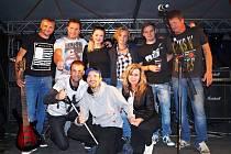 Kapela Svěrák 3 a (spodní řada zprava) Jitka Vávrová a Ondra Zmeškal.