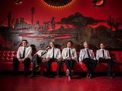 Orkesta Mendoza z Tucsonu roztančí festivalové publikum mixem cumbia, mambo a tex-mex psychedelie.