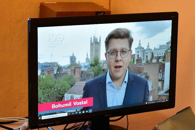 Dalším slavným absolventem je zpravodaj ČT v Londýně Bohumil Vostal. Ten odsud své alma mater poslal zdravici alespoň v podobě videa.