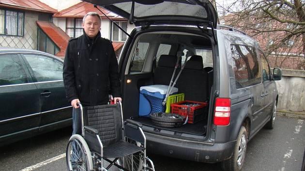 Leoš Brabenec (na snímku) dříve pracoval pro farmaceutickou firmu, před měsícem rozjel vlastní podnikání. Kromě vozíku, berlí nebo ledničky chce své vozidlo vybavit dětskou autosedačkou a reklamními polepy.