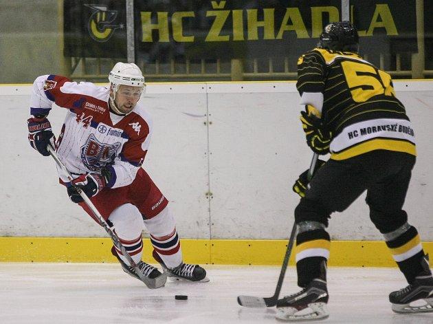 Ke druhému vítězství v Moravských Budějovicích (na snímku s č. 55 Daniel Kabelka) dovedl brodské Bruslaře kapitán Třetina (v bílém).