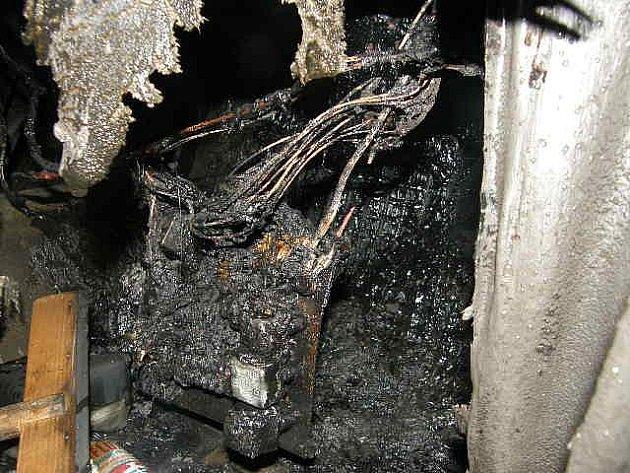 Příčinou požáru byla technická závada na elektroinstalaci.