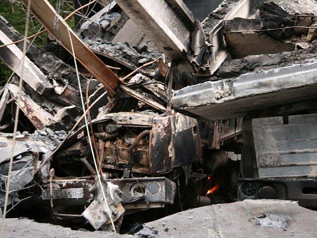 V garážích bylo třináct ohořelých nákladních automobilů značky Tatra.