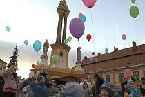 Balónky s vánočními přáníčky vyslaly k nebi děti v Jaroměřicích nad Rokytnou.